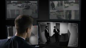 Câmaras de vigilância de observação do operador masculino da segurança, negócio de negócio ilegal video estoque