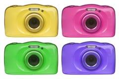 Câmaras digitais compactas de várias cores isoladas no fundo branco Fotografia de Stock Royalty Free