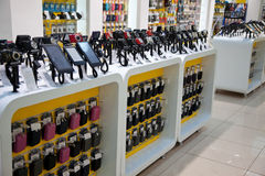 Câmaras digitais e telefones de mobil na loja Imagens de Stock Royalty Free