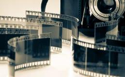 Câmera análoga velha indicada com negativos Imagem de Stock Royalty Free