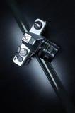 Câmera análoga velha no fundo preto Fotografia de Stock Royalty Free