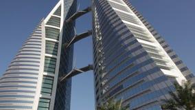 Câmera automobilístico O WTC emblemático, vista da estrada em Manama - Barém vídeos de arquivo