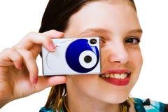 Câmera caucasiano da terra arrendada da menina Fotografia de Stock Royalty Free