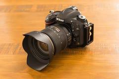 Câmera com ` L suporte do ` na tabela de carvalho Fotos de Stock