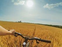 A câmera da ação da bicicleta da mão de campo vai pro Fotos de Stock Royalty Free