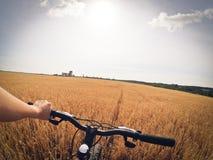 A câmera da ação da bicicleta da mão de campo vai pro Fotografia de Stock Royalty Free