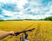 A câmera da ação da bicicleta da mão de campo vai pro Fotos de Stock