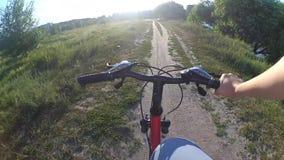 Câmera da ação da bicicleta do campo vídeos de arquivo