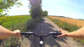 Câmera da ação da bicicleta do campo video estoque