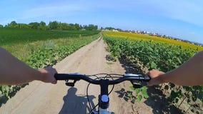 Câmera da ação da bicicleta do campo filme