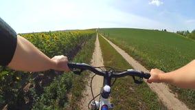 Câmera da ação da bicicleta do campo do ciclo vídeos de arquivo