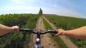 Câmera da ação da bicicleta do campo do ciclo filme