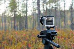 A câmera da ação de GoPro está estando em uma fotografia Imagens de Stock Royalty Free