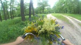 A câmera da ação do movimento de Slown vai pro passeios da mulher uma bicicleta na floresta filme