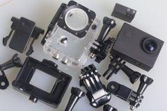 A câmera da ação encontra-se em uma superfície branca A câmera da ação encontra-se em uma superfície branca Perto da caixa para o Imagem de Stock