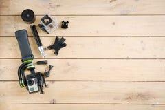 Câmera da ação na tabela de madeira com um estabilizador Foto de Stock