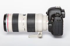 Câmera da foto do profesional DSLR do EOS 5D Mark IV de Canon no fundo reflexivo branco fotografia de stock royalty free