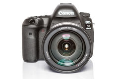 Câmera da foto do profesional DSLR do EOS 5D Mark IV de Canon no fundo reflexivo branco Fotos de Stock Royalty Free