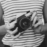 Câmera da foto nas mãos da menina Fotos de Stock
