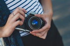 Câmera da foto nas mãos da menina Foto de Stock