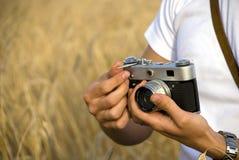 Câmera da película da terra arrendada do homem Imagem de Stock Royalty Free