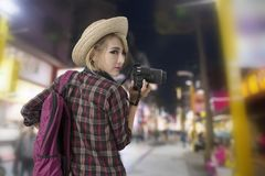 Câmera da terra arrendada da menina do turista à disposição ao andar junto com foto de stock