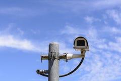 A câmera de circuito fechado no polo com o céu azul Fotografia de Stock Royalty Free