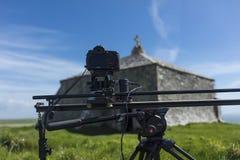 Câmera de Digitas SLR Canon em uma trilha controlada do movimento que cria a fotografia de stock royalty free