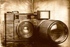 Câmera de dobradura do vintage com uma textura do grunge foto de stock