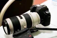 Câmera de DSLR com lente teleobjetiva Fotos de Stock Royalty Free