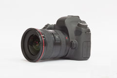 Câmera de DSLR em um fundo branco Imagens de Stock Royalty Free