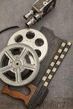 Câmera de filme, carretéis de filme e clapperboards velhos fotografia de stock royalty free