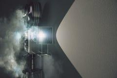 Câmera de filme do vintage na névoa e na parede cinzenta imagens de stock