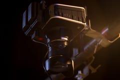 A câmera de filme pesa em um projeto imagem de stock