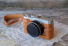 Câmera de Mirrorless no estilo do vintage na tabela de madeira Fotografia de Stock