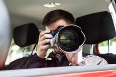 Câmera de Photographing With Slr do detetive privado imagem de stock royalty free
