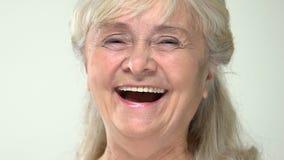 Câmera de riso do pensionista cinzento-de cabelo positivo, senhora aposentada alegre, bom humor filme