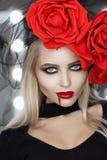 Câmera de vista fêmea do vampiro lindo foto de stock royalty free