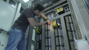 A câmera de vista inferior move-se para eletricista especializado Twisting Screws filme