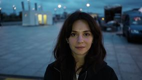 Câmera de vista moreno bonita em Berlin Airport video estoque