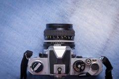 câmera de vista superior no blackground azul, ainda vida Fotos de Stock