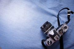 câmera de vista superior no blackground azul, ainda vida Imagem de Stock Royalty Free