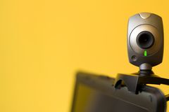 Câmera de Web no portátil que olha fixamente em você imagem de stock