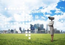 A câmera dirigiu a mulher que está na grama verde contra a arquitetura da cidade moderna Imagem de Stock