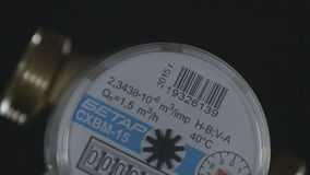 A câmera do close up mostra o painel frontal do vidro do medidor da água fria filme
