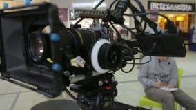 Câmera do close up no primeiro plano e no assistente do tiro da escrita filme