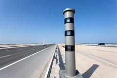 Câmera do controle de velocidade do radar na estrada Fotografia de Stock