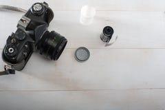câmera do filme de 35 milímetros e filme preto e branco imagens de stock