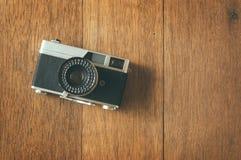 Câmera do filme do vintage na tabela de madeira Fotografia de Stock