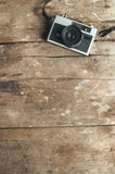 Câmera do filme do vintage na tabela de madeira Fotos de Stock Royalty Free
